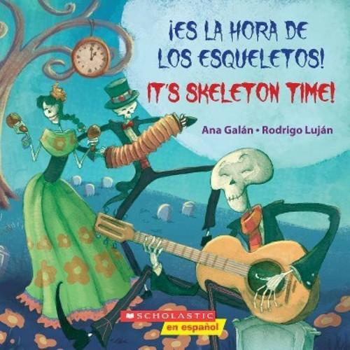 Es la hora de los esqueletos! / It's Skeleton Time! (Bilingual) (Paperback) (Ana Galan)